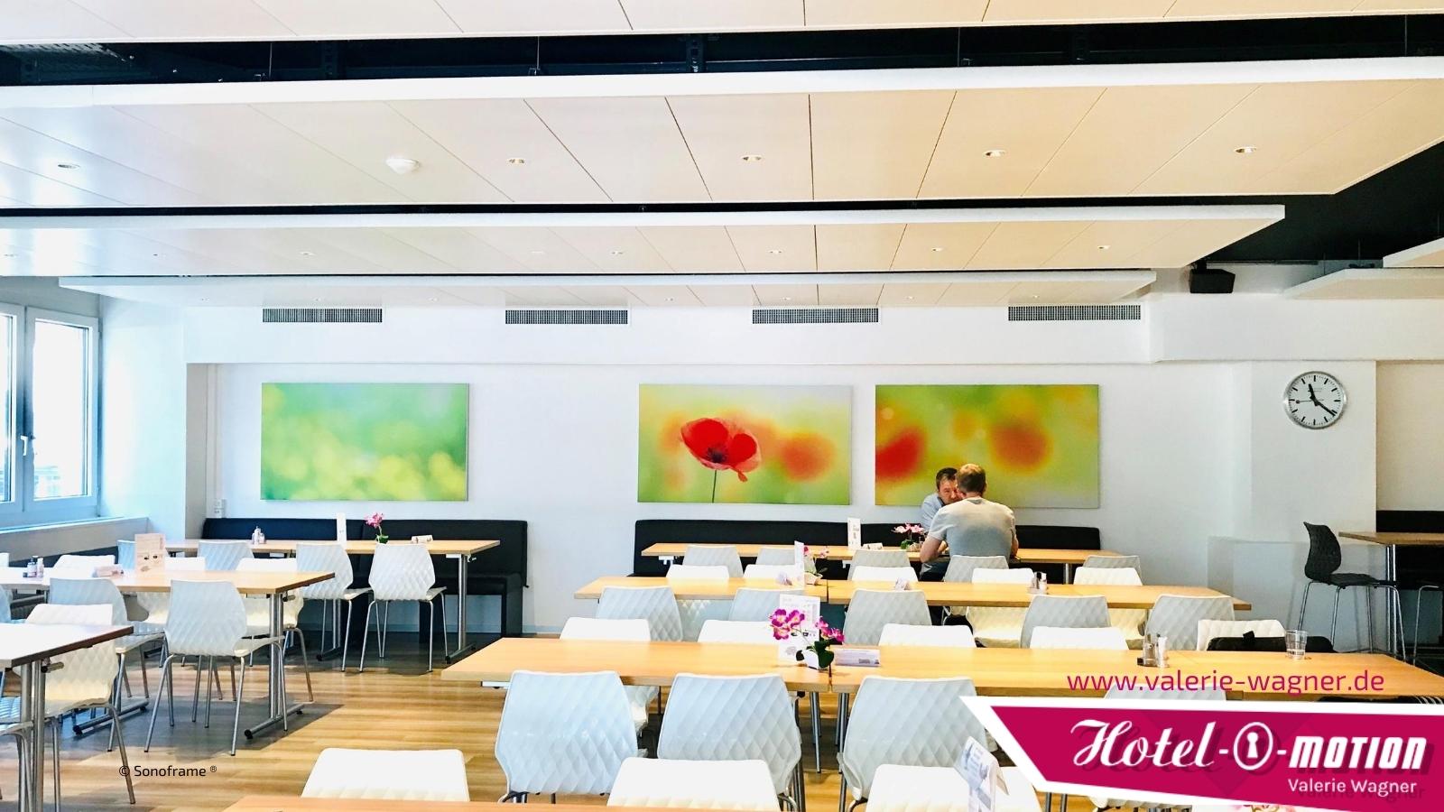 Das Akustikbild verbessert die Raumakustik im Restaurant und lädt Gäste zum Verweilen ein. Das Ohr isst eben mit.